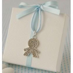 Detall celebració caixa blanca amb llaç blau penjoll nen platejat
